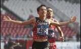 Atlet jepang Inoue Hiroto (depan) masuk finish diikuti pelari Bahrain Elhassan Elabbasi dalam marathon Asian Games 2018 di di Stadio Utama Gelora Bung Karno, Senayan, Jakarta, Sabtu (25/8).