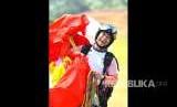 Atlet paralayang putra Indonesia Hening Paradigma, selesai melakukan pendaratan pada babak keenam nomor ketepatan mendarat, Asian Games 2018 di cisarua, Bogor, Jawa Barat, Rabu (22/8).