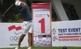 Atlet pelatnas Golf Almay Rayhan Yaqutah memukul bola saat mengikuti Test Event Golf Road to Asian Games 2018 di Pondok Indah Padang Golf, Jakarta Selatan, Selasa (31/10). Uji coba sebelum Asian Games 2018 tersebut berlangsung hingga 3 November 2017.