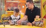 Ayah bermain dengan anaknya. Anak butuh waktu untuk bermain.