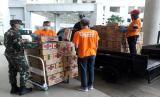 Badan Amil Zakat Nasional (BAZNAS) menyalurkan bantuan logistik berupa 500 dus kopi instan dari Garudafood untuk para tenaga medis di Rumah Sakit (RS) Darurat Covid-19 Wisma Atlet, Kemayoran, Jakarta Utara, Selasa (31/3).