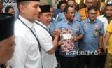 Bakal calon gubernur Sumatera Utara Edy Rahmayadi (ketiga kiri) bersama bakal calon wakil gubernur Musa Rajeckshah (kedua kiri) menyerahkan berkas pendaftaran kepada Ketua KPU Sumut Mulia Banurea (kedua kanan) di kantor KPU Medan, Sumatera Utara, Senin (8/1).