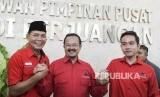 Bakal calon Wali Kota Solo Gibran Rakabuming Raka (kanan) berjabat tangan dengan pasangan bakal calon Wali Kota Solo Achmad Purnomo (tengah) dan Teguh Prakosa (kiri)