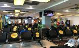 Bandara Internasional Minangkabau, Sumatra Barat. Kursi di ruang tunggu diberi label yang mengarahkan agar penumpang pesawat menjaga jarak fisik satu sama lain.