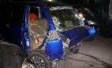 Bangkai kendaraan minibus Suzuki APV Nopol T 1804 KM, di pool Derek GT Cikampek. Minibus tersebut,  menabrak kendaraan tracktor head Nopol B 9247 TU, di ruas Tol Jakarta-Cikampek KM 68 A. Akibatnya, tiga orang meninggal dunia.