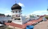 Bangunan Masjid yang ambruk akibat gempa di Pidie Jaya, NAD, Kamis (8/12).