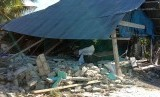 Bangunan rusak akibat gempa di Desa Tomara, Halmahera Selatan, Maluku Utara, Senin (15/7/2019).