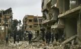 Bangunan yang hancur akibat pengeboman di Ghouta timur, pinggiran Damaskus, Suriah, Kamis (22/2).