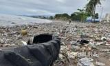 Banjir yang melanda Kota Padang pada Sabtu (9/9) kemarin menyisakan tumpukan sampah di sepanjang pantai.