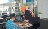 Bank syariah disarankan karena dalam perbankan syariah, semua transaksi harus sesuai dengan ajaran syariah.