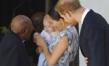 Bayi Archie digendong ibu Meghan Markle bersama ayahnya, Pangeran Harry.