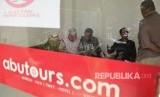 Beberapa calon jemaah umrah berada di ruang tunggu saat meminta kejelasan keberangkatan dari pihak travel Abutours Cabang Kendari, di Kendari, Sulawesi Tenggara, Kamis (15/2).