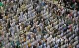 Hukum Shalat Bakdiah Usai Shalat Jenazah di Masjid Al Haram?. Foto: Beberapa hari menjelang puncak haji suasana shalat berjamaah di Masjidil Haram di malam hari dipadati ratusan ribu jamaah.