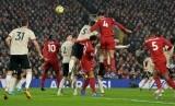 Bek Liverpool Virgil van Dijk (tengah) mencetak gol ke gawang Manchester United lewat sundulan pada laga lanjutan Liga Primer Inggris di Anfield, Liverpool, Ahad (19/1).