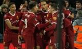 Para pemain Liverpool merayakan gol.