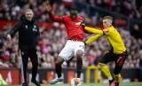 Bek Manchester United (MU) Aaron Wan-Bissaka (kiri) berebut bola dengan gelandang Watford Gerard Deulofeu.