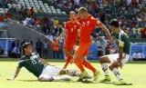 Bek Meksiko, Hector Moreno (kiri), berebut bola dengan winger Belanda, Arjen Robben, dalam laga internasional beberapa waktu lalu. Meksiko akan akan menghadapi Belanda dalam laga persahabatan 7 Oktober 2020.
