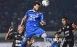 Bek Persib Bandung Bojan Malisic menyundul bola saat pertandingan Sepak Bola Liga 1 2019 di Stadion Si Jalak Harupat, Kabupaten Bandung, Selasa (18/6).
