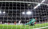 Bek Real Madrid Sergio Ramos saat menaklukkan kiper Galatasaray Fernando Muslera melalui sepakan penalti dalam laga kualifikasi Grup A Liga Champions pada 6 November 2019.