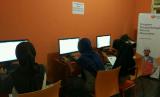 Belajar Komputer. Anak-anak Rumah Belajar Ceria Bersama antusias belajar komputer.