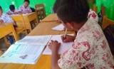 Pada 13 Juli Kemendikbud akan memulai tahun ajaran baru. Namun metode pembelajaran masih belum ditentukan. Ilustrasi anak belajar di kelas.
