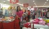 Belanja baju lebaran bersama anak yatim yang diselenggarakan oleh Grand Mercure Jakarta Harmoni