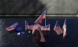 Bendera Amerika dan pita hiasi memorial dan museum serangan 11 September