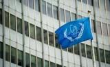 Bendera Badan Energi Atom Internasional berkibar di di Vienna International China dalam rangka pembicaraan nuklir Iran bersama Prancis, Jerman, Inggris, Cina, Rusia, AS, dan Iran, Ahad (17/1).