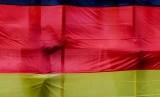 Bendera Jerman dibentangkan. Menguatnya permintaan ekspor terutama dari China membantu pabrik-pabrik Jerman bangkit dari dampak pandemi virus corona.