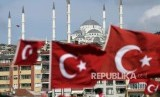 Bendera Turki. Wakil Presiden Fuat Oktay menyebut Turki telah memenuhi tanggung jawabnya di Idlib. Ilustrasi.