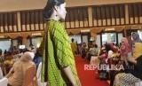 Beragam jenis batik dipamerkan dalam konferensi kota batik nusantara di Wisma Batari Solo pada Kamis (11/30).
