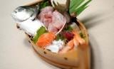 Beragam sushi dan sashimi.