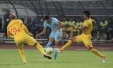 Bhayangkara FC (kuning) vs Persela Lamongan.