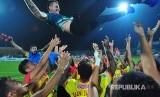 Bhayangkara FC melakukan selebrasi dengan menjunjung pelatih mereka, Simon Mc Menemy (atas) usai mengalahkan Madura United dengan skor 1-3 dalam laga Gojek Traveloka Liga 1 di Stadion Gelora Bangkalan (SGB) Bangkalan, Jawa Timur, Rabu (8/11).