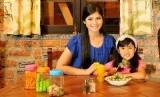 Biasakan memberi anak makanan yang sehat, mulai dari pagi hingga makan terakhirnya di hari itu.