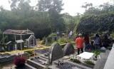 Bidang Kedokteran dan Kesehatan (Biddokkes) Polda Jabar dibantu Polresta Bogor Kota membongkar makam Hilarius Christian Event Raharjo pada Selasa (19/9) untuk dilakukan autopsi.