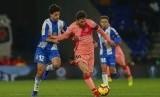 Bintang Barcelona Lionel Messi (tengah) melewati adangan pemain Espanyol.