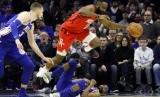 Bintang Houston Rockets (merah) berjibaku berebut bola dengan para pemain Philadelphia 76ers.