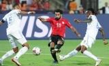 Bintang Mesir Mohamed Salah (tengah) melepaskan tendangan saat melawan Kongo di Piala Afrika.