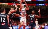 Bintang timnas basket Argentina Luis Scola (putih) mencetak poin di tengah kawalan para pemain Prancis pada semifinal Piala Dunia 2019..