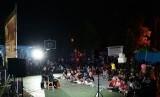 Bioskop Rakyat Cinema Lovers Community (Biora CLC) Purbalingga menggelar pemutaran film dan diskusi di pelataran SMP Santo Borromeus Purbalingga, Sabtu (19/1) malam.