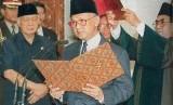 BJ Habibie saat dilantik menjadi presiden.