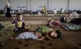 Bocah-bocah Suriah yang turut mengungsi dengan keluarga mereka di salah satu kamp pengungsi di perbatasan Suriah-Turki.