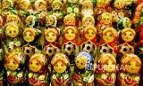 Boneka matryoshka dijual di toko suvenir selama Piala Dunia 2018 di Moskow, Rusia.