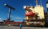 Bongkar muat beras impor asal Vietnam sebanyak 10 ribu ton di Pelabuhan Tenau, Kupang, Senin (12/2).