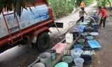 BPBD melakukan distribusi air bersih bagi warga (ilustrasi).
