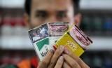 Bungkus rokok yang dijual kini sudah dilengkapi peringatan bergambar akan bahaya merokok di Jakarta, Senin (23/6).  (Republika/Prayogi)