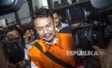 Bupati Jombang Nyono Suharli Wihandoko bergegas seusai menjalani pemeriksaan di gedung KPK, Senin (12/2).