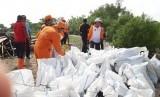Bupati Kepulauan Seribu, Husein Murad (Baju Putih Oranye) memimpin kegiatan gempur sampah di Pulau Untung Jawa, Jumat (7/12).