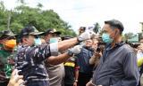 Bupati Muba Dodi Reza Alex Razia merajian warga di perbatasan Muba untuk dicek suhu tubuhnya sebelum diizinkan masuk Muba.